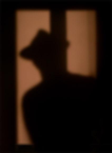 ombra_di_uomo_che_guarda_dentro_una_casa.jpg
